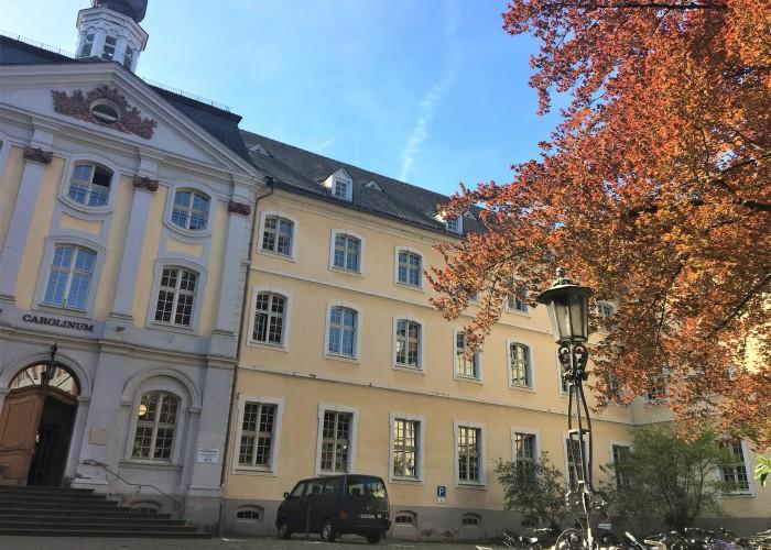 大学広場の近くの事務所のある建物