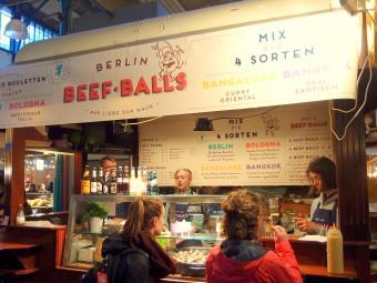 ベルリンの郷土料理ブーレッテ(ミートボール)屋台。イタリア風やアジア風など様々なソースでおしゃれフードに変身。