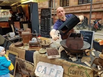野外で自家焙煎するコーヒーショップ。こんなワイルドなコーヒー屋さん、初めて見ました!