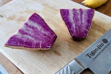 オーガニックスーパーマーケットに並んでいたのは、紫色がきれいなサツマイモでした Photo: Aki SCHULTE-KARASAWA