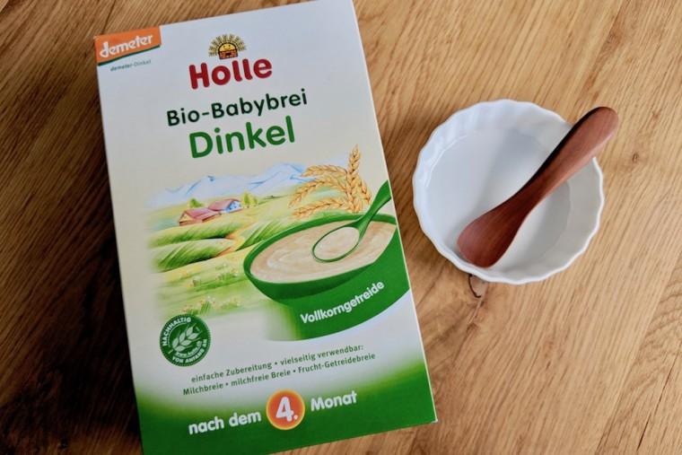 水や母乳、粉ミルクと混ぜて与えるDinkel(スペルト小麦)。これもオーガニック製品 Photo: Aki SCHULTE-KARASAWA