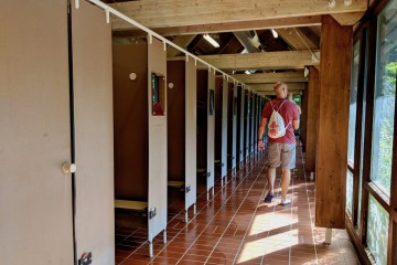 ずらっと一列に並んだ更衣室。この入口通路側と反対側はロッカールームだ Photo: Aki SCHULTE-KARASAWA