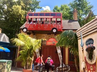 「イギリス」 名物の赤いバスも小さなアトラクションに
