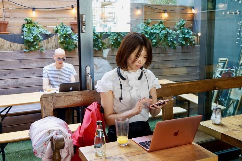ベルリンのカフェで仕事中の高西さん