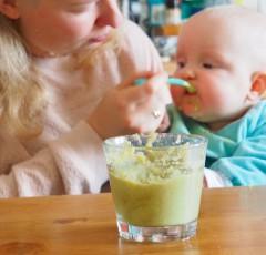 ドイツの赤ちゃんはなにを食べるの? オーガニック・旬のものを選ぶママが多い。写真はブロッコリーを食べている生後半年の赤ちゃん Photo: Aki SCHULTE-KARASAWA