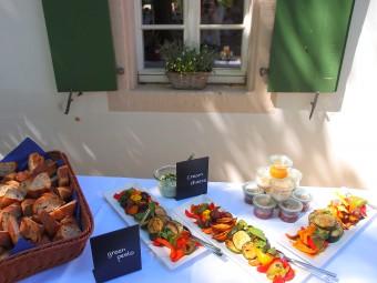 手作りのレバーペーストや新鮮野菜のグリルなど見た目も味もおいしい食事!
