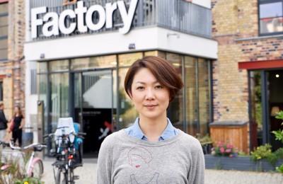 日本の会社員として、ベルリンの自宅で働く丸田絵美子さん