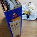 市の家族相談士がブンデスリーガチーム「ボルシア・ドルトムント」関連のお土産とと共にフォルダーいっぱいの書類を持ってやってきました Photo: Aki SCHULTE-KARASAWA