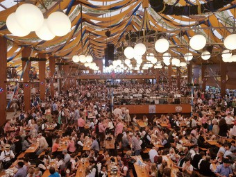 世界最大のビール祭り、ミュンヘンのオクトーバーフェスト。ビールテント内はすごい熱気!