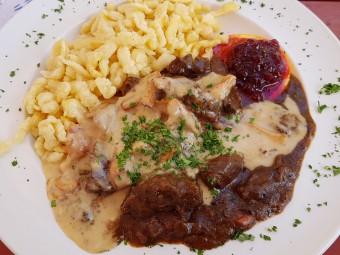 もちもち食感のシュペッツレは肉料理の付け合せの定番。