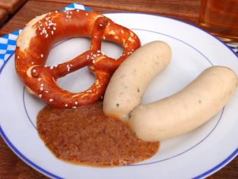 甘いマスタードを付けて食べる白ソーセージ。ブレーツェルと相性抜群!