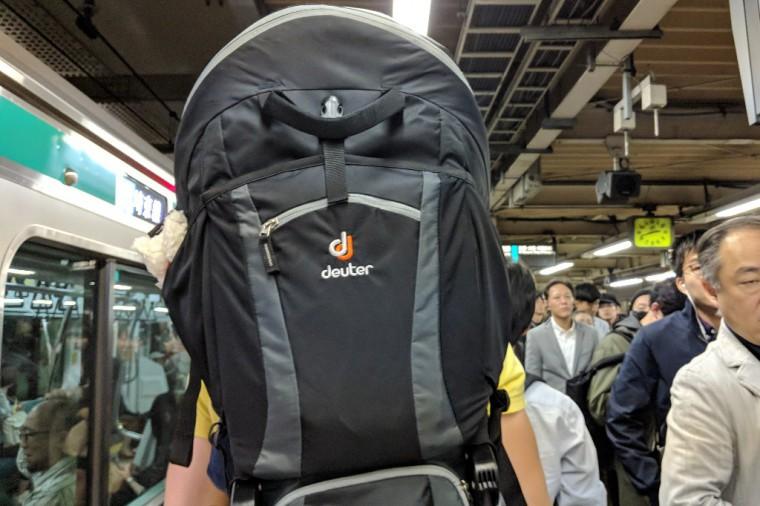 混雑する駅構内でも、ベビーキャリアーでは子どもが大人の頭の高さにくる Photo: Aki SCHULTE-KARASAWA
