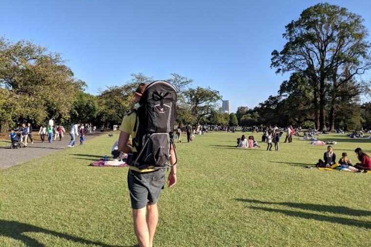 秋晴れの新宿御苑をベビーキャリアーを担いで歩く様子。もちろん、ほかにベビーキャリアーは見かけなかった Photo: Aki SCHULTE-KARASAWA