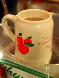 フランクフルトのクリスマスマーケットでは温かいアップルワインが登場。