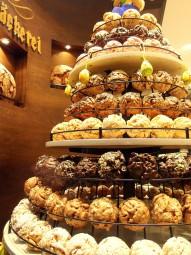 粉砂糖やナッツ、チョコレートなどでコーティングされたシュネーバル。