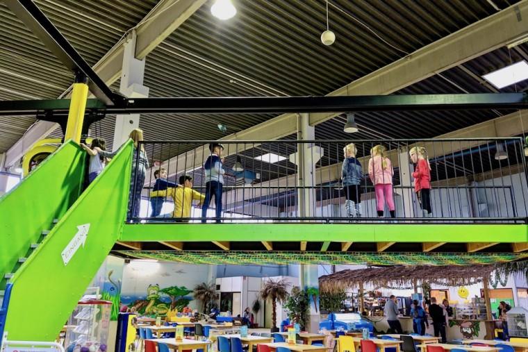 空中モノレールの乗降場所ではゴンドラを順番に待つ子供たち Photo: Aki SCHULTE-KARASAWA