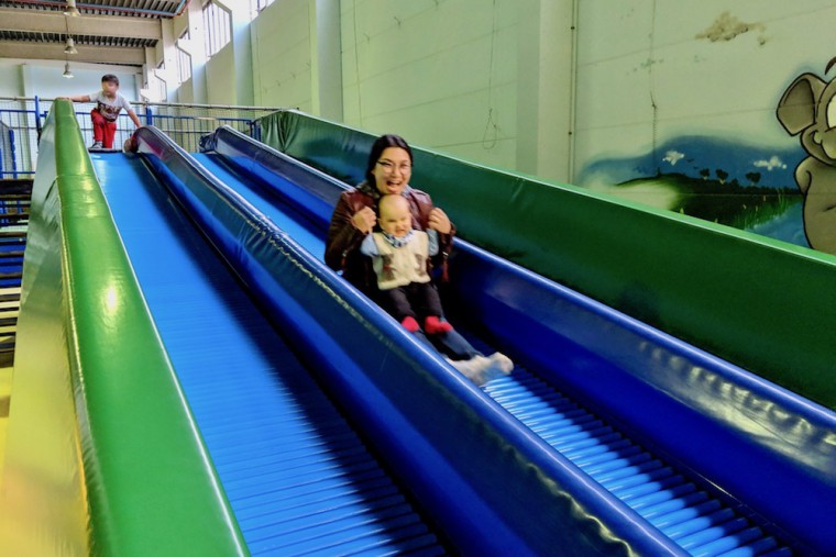 ローラー滑り台! 加重(息子)でゴロゴロマッサージがより気持ちいい… Photo: Aki SCHULTE-KARASAWA
