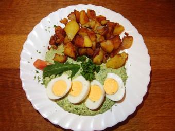 ドイツ版七草を使ったグリーンソースはゆで卵やポテトとともに。