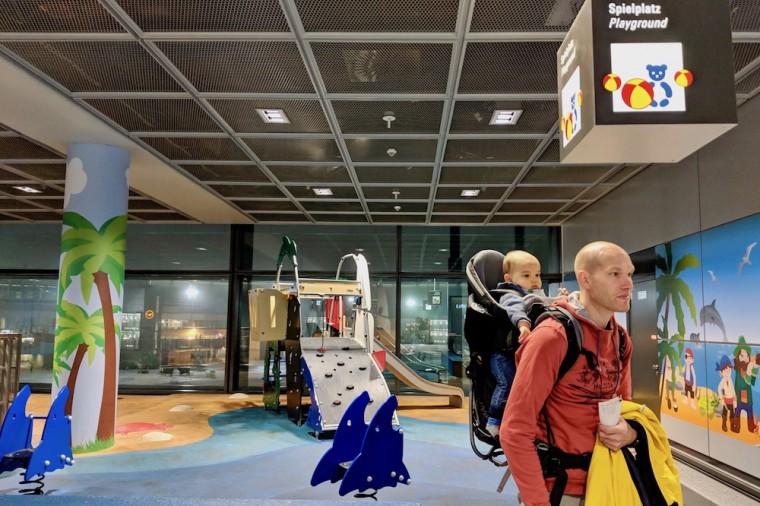 フランクフルト空港の搭乗エリアにあるシュピールプラッツ(遊び場)。もう少し息子が大きくなったら重宝しそう Photo: Aki SCHULTE-KARASAWA