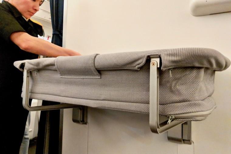 ルフトハンザのベビーベッドは、体重14kg以下、身長83cm以下の赤ちゃん向け Photo: Aki SCHULTE-KARASAWA