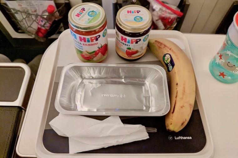 今回ルフトハンザで提供されたベビーミール。瓶が2本、それとバナナが1本 Photo: Aki SCHULTE-KARASAWA