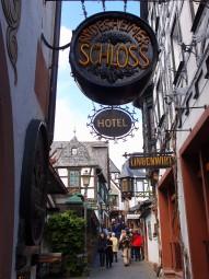 ワインの町をめぐる旅はいかが?写真は観光客で賑わうリューデスハイム