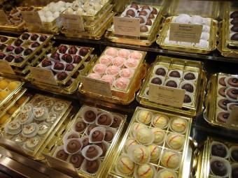 数十種類もあるひと粒チョコレート。「黒い森のさくらんぼケーキ」などドイツらしいフレーバーも。