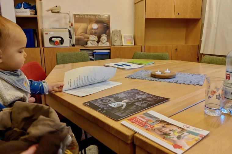 質疑応答を含めおよそ30分、スタッフが施設内を案内しつつキタの特色を紹介してくれた Photo: Aki SCHULTE-KARASAWA