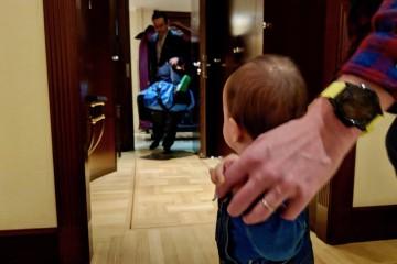 ポーターが荷物を運び入れる間、息子の相手をすることができました Photo: Aki SCHULTE-KARASAWA