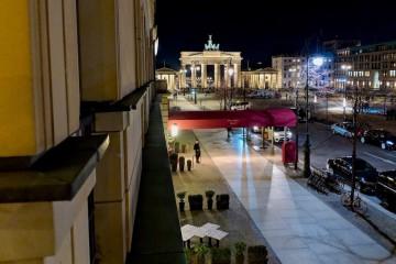 「ホテル・アドロン」の部屋は廊下の端のほう。窓からブランデンブルク門が望めました Photo: Aki SCHULTE-KARASAWA