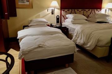 1歳児向けに補助ベッドが用意されている不思議 Photo: Aki SCHULTE-KARASAWA