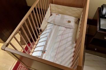 息子に必要なのはこちらのベビーベッドです Photo: Aki SCHULTE-KARASAWA