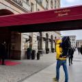 子連れでもラグジュアリーステイを。5つ星の「ホテル・アドロン」(ベルリン)メインエントランス。後方にはブランデンブルク門がそびえる Photo: Aki SCHULTE-KARASAWA