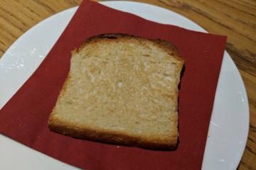 老舗パン屋併設のカフェでは、息子用に自家製ツヴィーバックが運ばれてきました Photo: Aki SCHULTE-KARASAWA