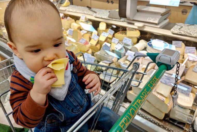 肉屋にとどまらず、チーズ売場でもスライスしたてのチーズをいただきました Photo: Aki SCHULTE-KARASAWA