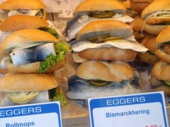 ビスマルクへリングのサンドイッチ(写真右)しめさばのような懐かしい味。