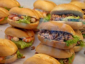 北海小エビをたっぷりとはさんだサンドイッチ(写真右)