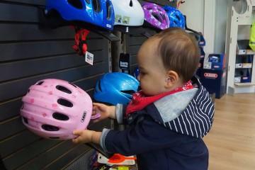 本当はかわいらしいピンクのヘルメットがお気に入りだったようです… Photo: Aki SCHULTE-KARASAWA