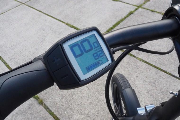電動機能の操作ディスプレイ。走行距離や速度、現在選択中のモードでの残り走行可能距離を表示できる Photo: Aki SCHULTE-KARASAWA
