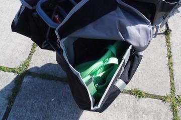 普段の荷物から買物袋、BBQの準備までたっぷり入る付属のパニアバッグ Photo: Aki SCHULTE-KARASAWA
