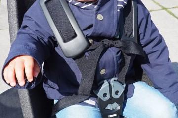 肩ベルト脱ぎの達人の落車を防ぐべくストラップを結いてさらなる対策 Photo: Aki SCHULTE-KARASAWA