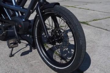 極太20インチタイヤがモーターバイクのライダーに見初められた理由? Photo: Aki SCHULTE-KARASAWA