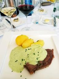 名物グリーンソースがかかった肉料理。前菜もワインも絶品でした。