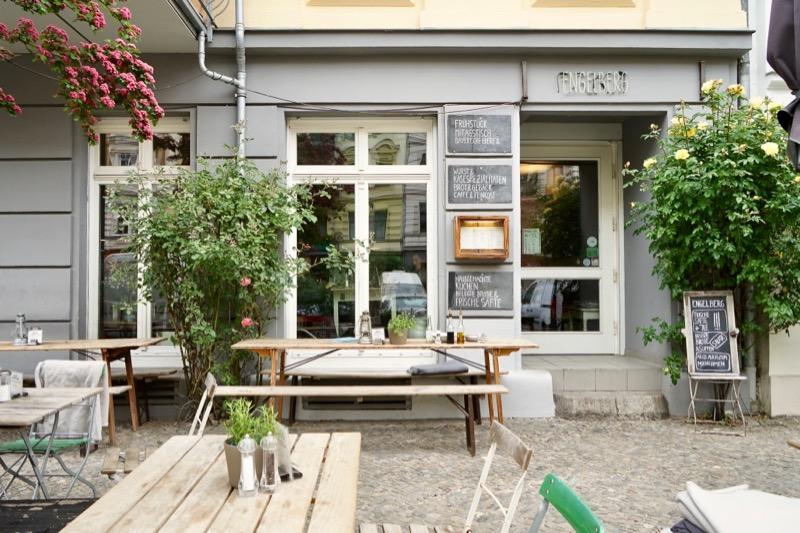 南ドイツのメニューがあるカフェ「エンゲルベルク」(Engelberg)。ワインも飲めます。