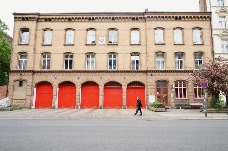 ここはお店……ではなく、消防署です。赤い扉の背後に消防車が待機しています。