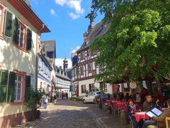 木組みの家が並ぶ石畳の小路にカフェ。絵になる風景がいっぱいのエルトヴィレ