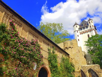 薔薇があふれる中世の城塞。ショップには可愛い薔薇グッズがたくさん。