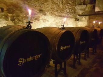 ワイン樽が並ぶ歴史的なケラーも見学できます。静寂に包まれ雰囲気たっぷり。