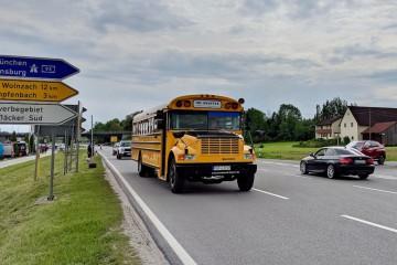 メイン会場からサブ会場への移動はレトロなバスを利用 Photo: Aki SCHULTE-KARASAWA