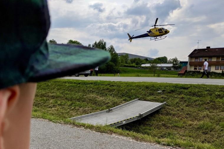 爆音を鳴り響かせながら舞い降りるヘリコプター。間近に見たのは初めての息子も大注目 Photo: Aki SCHULTE-KARASAWA